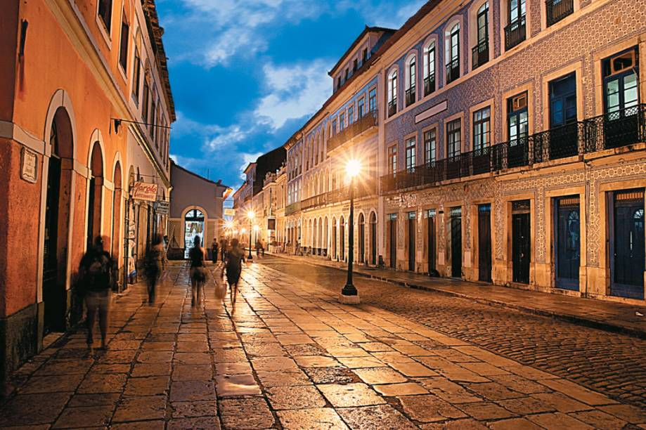 """<strong><a href=""""http://viajeaqui.abril.com.br/cidades/br-ma-sao-luis"""" target=""""_self"""">São Luís</a>, <a href=""""http://viajeaqui.abril.com.br/estados/br-maranhao"""" target=""""_self"""">Maranhão</a></strong> A capital do Estado se difere da maior parte das cidades brasileiras, visto que foi colonizada por franceses. Durante o século XVII, navegadores deCancale e Saint-Mailo se estabeleceram na região e a batizaram com uma singela homenagem ao Rei Luís XIII. Na época, a economia era impulsionada pela plantação e exportação de cana-de-açúcar, cacau e tabaco. Hoje, a principal herança desse povo, juntamente com portugueses e holandeses, encontra-se preservada em seu Centro Histórico, com diversas construções que remetem ao passado <em><a href=""""http://www.booking.com/city/br/sao-luis.pt-br.html?aid=332455&label=viagemabril-cidades-historicas-do-brasil"""" target=""""_blank"""">Veja preços de hotéis em São Luís no Booking.com</a></em>"""