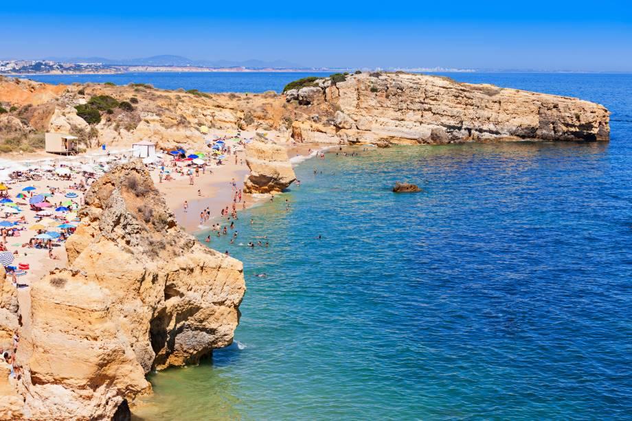 """A estrutura praiana oferecida é muito boa, porém não chega a roubar a cena da beleza típica das praias da região de Algarve: falésias e formações rochosas incríveis, acompanhadas por areias finas e branquinhas e mar azul claro.<a href=""""http://www.booking.com/landmark/pt/sao-rafael-beach.pt-pt.html?aid=332455&label=viagemabril-praiasportugal"""" target=""""_blank"""" rel=""""noopener noreferrer""""><em>Reserve o seu hotel perto da Praia de São Rafael através do Booking.com</em></a>"""