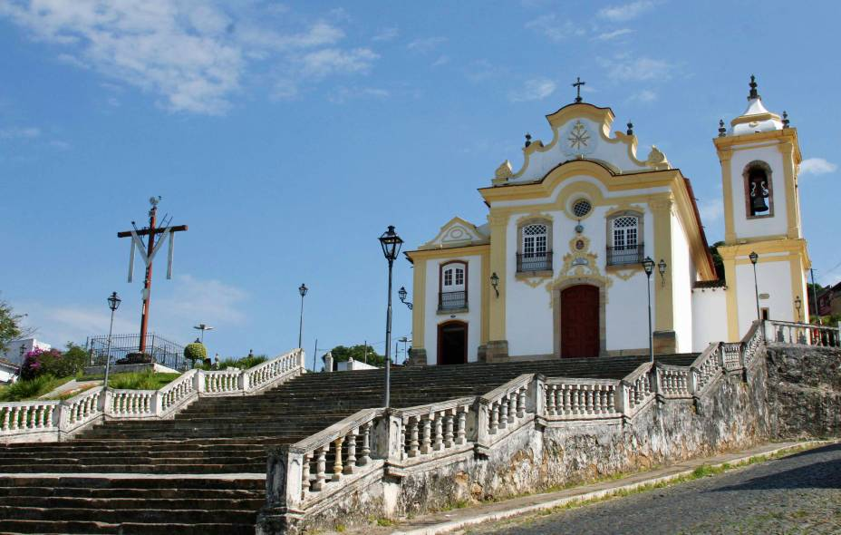 """<strong><a href=""""http://viajeaqui.abril.com.br/cidades/br-mg-sao-joao-del-rei"""" target=""""_self"""">São João Del Rei</a>, <a href=""""http://viajeaqui.abril.com.br/estados/br-minas-gerais"""" target=""""_self"""">Minas Gerais</a></strong> A colonização portuguesa fica bem nítida nessa cidade, sobretudo no Centro Histórico - marcado por casas coloniais e a Ponte da Cadeia. Por aqui, o comércio é bem movimentado e valorizado. Igrejas também estão entre os roteiros favoritos dos visitantes, como a de <a href=""""http://viajeaqui.abril.com.br/estabelecimentos/br-mg-sao-joao-del-rei-atracao-igreja-n-s-das-merces"""" target=""""_blank"""">Nossa Senhora das Mercês</a> (foto) e <a href=""""http://viajeaqui.abril.com.br/estabelecimentos/br-mg-sao-joao-del-rei-atracao-igreja-sao-francisco-de-assis"""" target=""""_self"""">São Francisco de Assis</a>. Sua ferrovia, que nunca parou de funcionar desde a inauguração, está entre as mais antigas e bem conservadas do país, conduzindo a passeios charmosos até cidades vizinhas <a href=""""http://www.booking.com/city/br/sao-joao-del-rei.pt-br.html?aid=332455&label=viagemabril-cidades-historicas-do-brasil"""" target=""""_blank""""><em>Veja preços de hotéis em São João Del Rei no Booking.com</em></a>"""