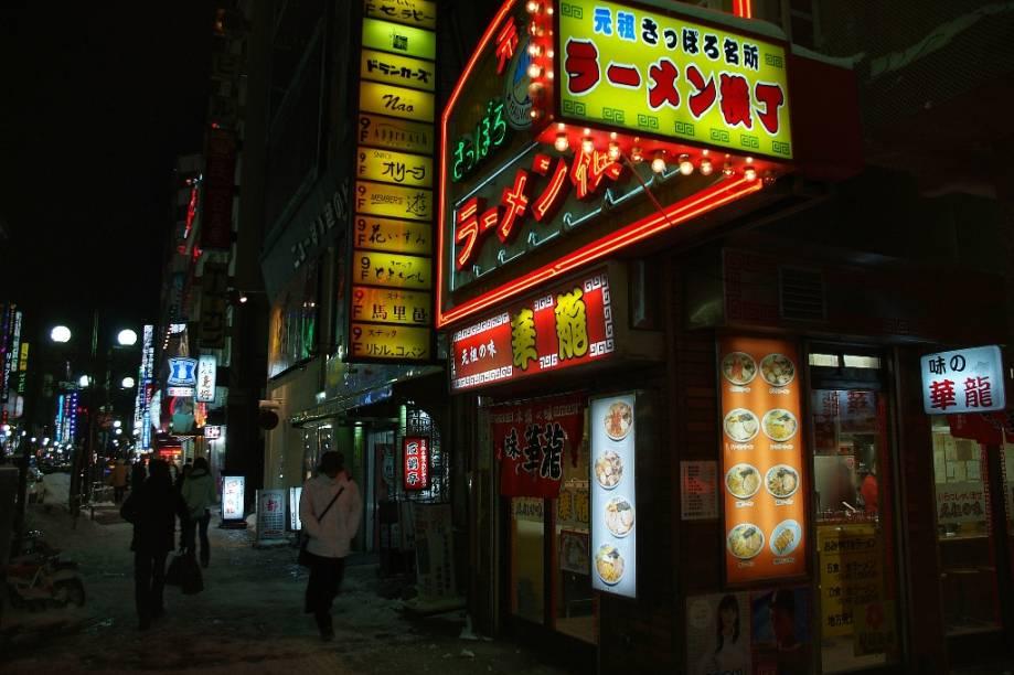 O Ramen Yokocho é uma viela em Sapporo com alguns bons restaurantes que servem o macarrão lamen. Muito melhor do que o miojo que você conhece, seu caldo é denso e forte, e vem acompanhado de grãos de milho, boa manteiga e fatias de carne, entre outros