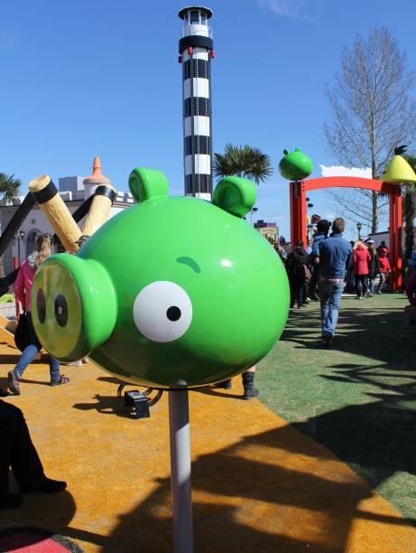Pássaros contra porcos verdes: é possível encontrar os vilões do jogo espalhados pelo parque