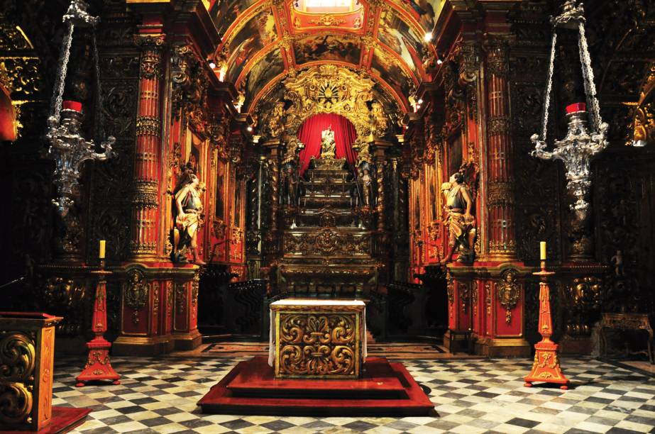 """<a href=""""http://viajeaqui.abril.com.br/estabelecimentos/br-rj-rio-de-janeiro-atracao-mosteiro-de-sao-bento-ig-n-s-montserrat"""" rel=""""Mosteiro de São Bento(Igrejas N. S. Monserrat): """" target=""""_blank""""><strong>Mosteiro de São Bento(Igrejas N. S. Monserrat)</strong>: </a>a visita é restrita à igreja Nossa Senhora de Monserrat, anexa ao mosteiro e de rica arquitetura. Aos domingos, às 10 horas, ocorrem missas com canto gregoriano. Rua D. Gerardo, 68 (Centro), 07h às 18h."""