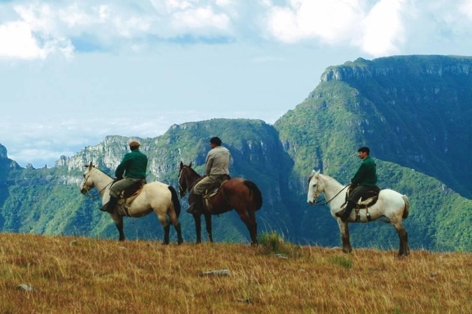 """A Serra do Rio do Rastro, em Bom Jardim da Serra (SC), possui paisagens de tirar o fôlego. Pode ser explorada em cavalgadas ou de carro, com parada nos mirantes da região. Na foto, hóspedes do <a href=""""http://viajeaqui.abril.com.br/estabelecimentos/br-sc-bom-jardim-da-serra-hospedagem-rio-do-rastro-eco-resort"""" rel=""""Rio do Rastro Eco Resort"""" target=""""_blank"""">Rio do Rastro Eco Resort</a> passeiam a cavalo pela Serra Catarinense"""