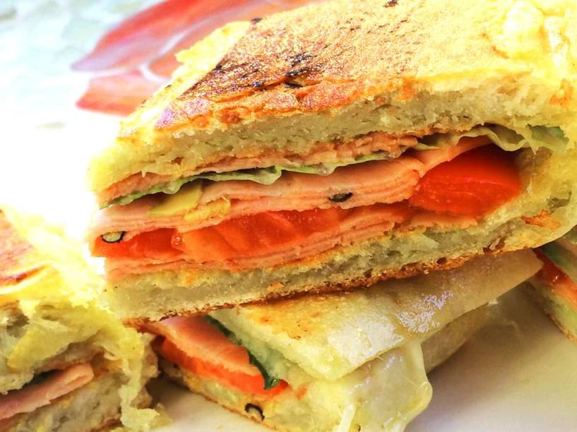 """<a href=""""http://www.jonnypanini.com/"""" rel=""""Scarpella Jonny Paninis"""" target=""""_blank""""><strong>Scarpella Jonny Paninis</strong></a>            Os paninis da casa vem em sabores tradicionais, como o de <strong>presunto e queijo com tomate</strong>, até receitas mais elaboradas como a de anchovas com mussarela e o de mussarela de búfala com pesto. Também há opções especiais para o café da manhã e sobremesas.<em>423 9th Ave,10001</em>"""