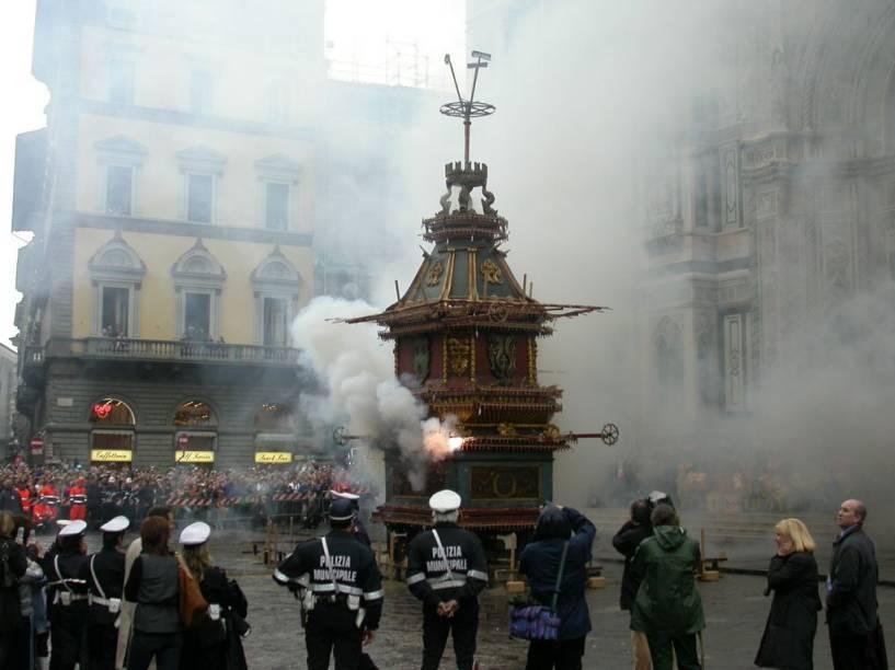 <strong>Scoppio del Carro</strong>Na antiga tradição que se repete todos os anos em Florença, um carrinho carregado de pólvora é trazido para a praça onde se dá a esperada explosão que comemora a entrada dos primeiros cruzados em Jerusalém.