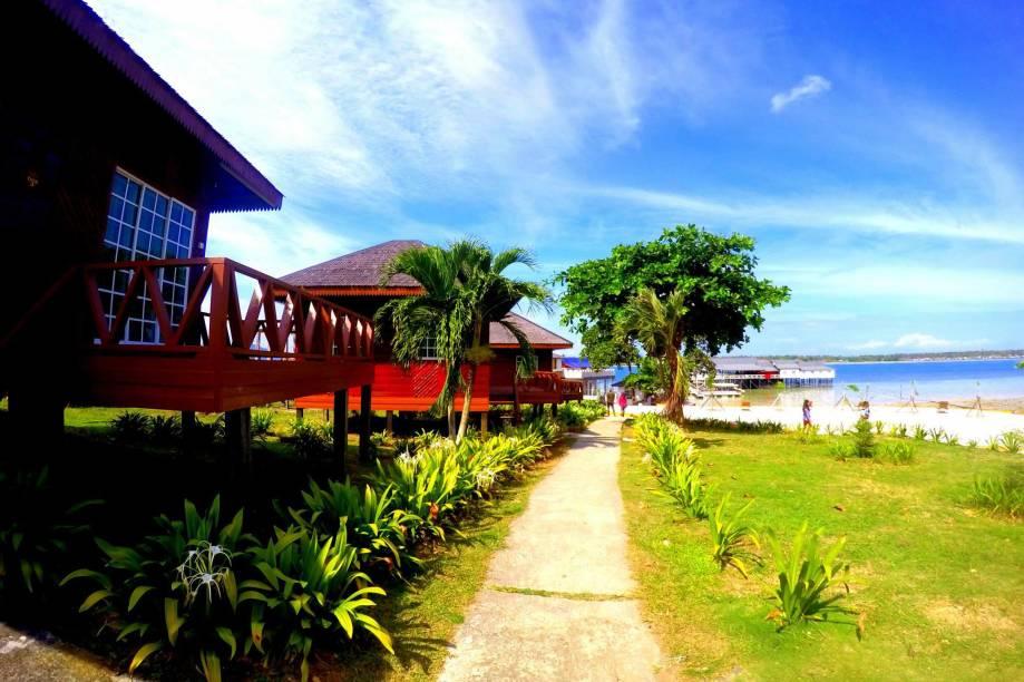 """<strong>3. Semporna, Sabah, <a href=""""http://viajeaqui.abril.com.br/paises/malasia"""" rel=""""Malásia"""">Malásia</a></strong>Uma praia privativa e impecáveis instalações próprias para esportes aquáticos: não é difícil entender os motivos pelos quais os hóspedes do <a href=""""http://www.booking.com/hotel/my/scuba-tiger-semporna-holiday-resort.pt-br.html?aid=332455&label=viagemabril-destinosmergulho"""" rel=""""Scuba Tiger Semporna"""" target=""""_blank"""">Scuba Tiger Semporna</a>classificam o hotel como fabuloso. A localização tranquila do hotel faz com que ele seja uma alternativa ideal para descansar ao mesmo tempo que, graças à proximidade de ótimos pontos de mergulho, faz com que os hospédes não percam tempo. Alguns dos quartos contam com belas villas em frente ao mar para os que estiverem dispostos a desembolsar mais dinheiros, mas quem estiver com o orçamento mais apertado pode optar por dormitórios de quatro camas<a href=""""http://www.booking.com/city/my/semporna.pt-br.html?aid=332455&label=viagemabril-destinosmergulho"""" rel=""""Reserve o seu hotel em Semporna através do Booking.com"""" target=""""_blank""""><em>Reserve o seu hotel em Semporna através do Booking.com</em></a>"""