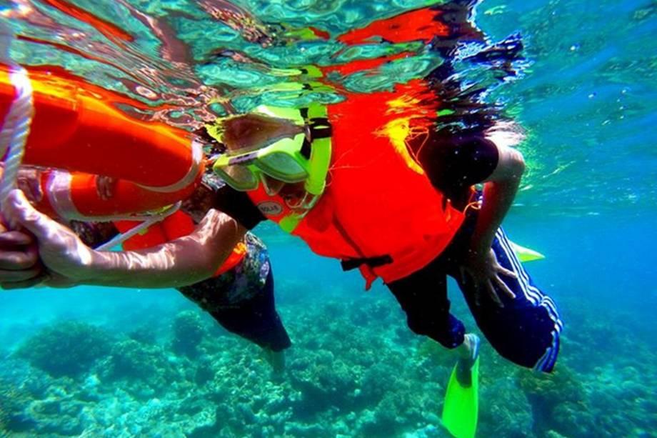 """<strong>3. Semporna, Sabah, <a href=""""http://viajeaqui.abril.com.br/paises/malasia"""" rel=""""Malásia"""">Malásia</a></strong>        Mergulho parece ser uma atividade de gente que curte aventuras, mas Semporna, na Malásia, prova que mergulhadores também podem optar por um refúgio tranquilo. O local não deixa de ser um destino perfeito para os apaixonados por mergulho, já que fica muito próximo a maravilhosos pontos de observação da vida marinha. E o mais legal é que Semporna conta com rotas de acesso bem facilitadas rumo a Kuala Lumpur, capital da Malásia, portanto, é possível pontuar o passeio de mergulho com uma dose de movimentação de centro urbano        <a href=""""http://www.booking.com/city/my/semporna.pt-br.html?aid=332455&label=viagemabril-destinosmergulho"""" rel=""""Reserve o seu hotel em Semporna através do Booking.com"""" target=""""_blank""""><em>Reserve o seu hotel em Semporna através do Booking.com</em></a>"""