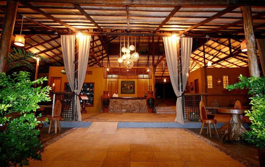 """<strong><a href=""""http://www.amazonecopark.com.br/"""" target=""""_blank"""" rel=""""noopener"""">Amazon Ecopark Jungle Lodge</a></strong> São quatro piscinas naturais e uma praia privativa à disposição de quem se hospeda no Amazon Ecopark Jungle Lodge. É o mais próximo de <a href=""""http://viajeaqui.abril.com.br/cidades/br-am-manaus"""" target=""""_blank"""" rel=""""noopener"""">Manaus</a> e mantém uma das maiores estruturas de selva do Amazonas. Os quartos se espalham entre as árvores, com caminhos iluminados que levam até o restaurante ou ao píer. Entre as atividades está o passeio até a """"Floresta dos Macacos"""", uma reserva onde os animais encontrados em situação irregular se readaptam à floresta. Ali, duas vezes por dia, os hóspedes podem acompanhar a alimentação de macacos, araras e outros bichos. <em><a href=""""http://www.booking.com/hotel/br/amazon-ecopark-jungle-lodge.pt-br.html?aid=332455&label=viagemabril-hoteisdeselvabrasil"""" target=""""_blank"""" rel=""""noopener"""">Reserve uma estadia nesse hotel através do Booking.com</a></em>"""