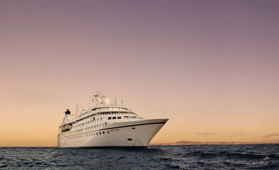 """<a href=""""http://bluesea.com.br"""" rel=""""BLUE SEA"""" target=""""_blank""""><strong>BLUE SEA</strong></a> (21/2532-3243)            <strong>O QUE ELA FAZ POR VOCÊ:</strong>É especialista em cruzeiros de luxo.            <strong>PACOTES:</strong>Nos navios da <a href=""""http://seabourn.com"""" rel=""""Seabourn"""" target=""""_blank"""">Seabourn</a>, todas as cabines têm vista para o mar e as bebidas, alcoólicas ou não, são liberadas 24 horas. De sua frota, o Legend navega por sete noites entre <a href=""""http://viajeaqui.abril.com.br/paises/saint-martin-sint-maarten"""" rel=""""St. Maarten"""" target=""""_blank"""">St. Maarten</a> e <a href=""""http://viajeaqui.abril.com.br/paises/aruba"""" rel=""""Aruba"""" target=""""_blank"""">Aruba</a> com paradas em Anguilla, Antígua, Martinica, <a href=""""http://viajeaqui.abril.com.br/paises/bonaire"""" rel=""""Bonaire"""" target=""""_blank"""">Bonaire</a> e <a href=""""http://viajeaqui.abril.com.br/paises/ilhas-virgens-britanicas"""" rel=""""Ilhas Virgens (UK)"""" target=""""_blank"""">Ilhas Virgens (UK)</a> por US$ 2 303 (sem aéreo). Também luxuoso, o Navigator, da <a href=""""http://rssc.com"""" rel=""""Regent"""" target=""""_blank"""">Regent</a>, zarpa de Miami para 10 noites entre <a href=""""http://viajeaqui.abril.com.br/paises/bahamas"""" rel=""""Bahamas"""" target=""""_blank"""">Bahamas</a>, Porto Rico, St. Barth, Antígua, St. Lucia e <a href=""""http://viajeaqui.abril.com.br/paises/saint-martin-sint-maarten"""" rel=""""St. Maarten"""" target=""""_blank"""">St. Maarten</a>, antes de voltar à Flórida, por US$ 4 139 (sem aéreo, mas com todas as excursões das paradas incluídas)."""