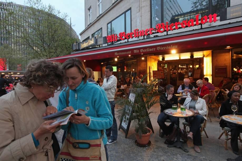 A avenida Kürfurstendamm, popularmente conhecida como Kudamm, é uma das mais animadas de Berlim, repleta de restaurantes e bares