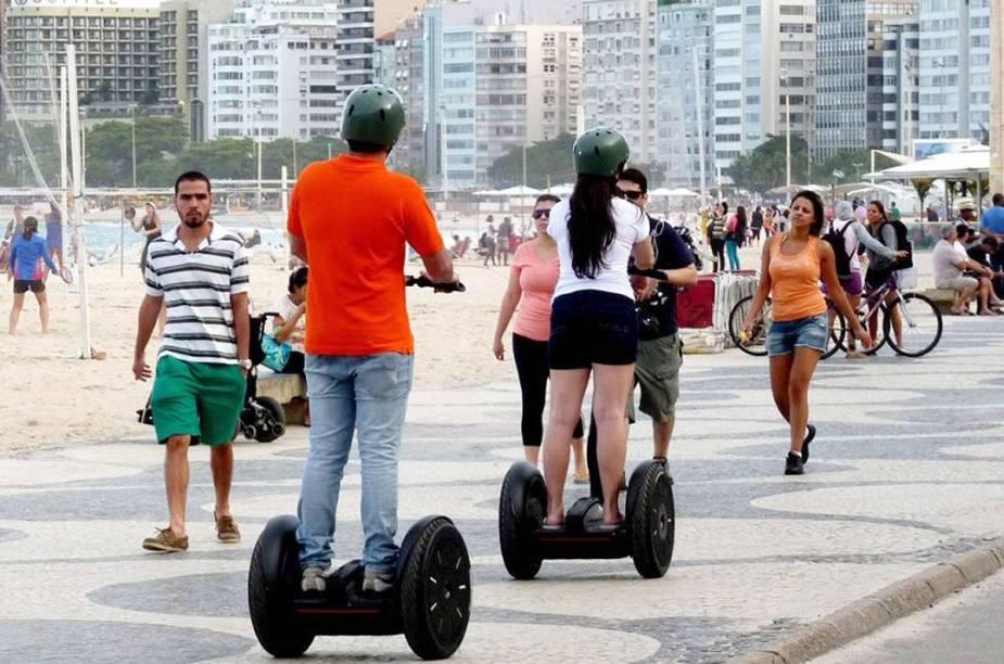 """<strong>4. <a href=""""http://viajeaqui.abril.com.br/estabelecimentos/br-rj-rio-de-janeiro-atracao-de-segway"""" rel=""""Alugue um Segway"""" target=""""_blank"""">Alugue um Segway</a> para passear sem bater perna</strong>                Quer conhecer os pontos mais turísticos do Rio, mas sem suar como um carioca praticando cooper na orla de Copa ao meio-dia? Alugar um segway – carrinhos de duas rodas movidos a eletricidade – pode ser a solução.                A empresa Easyway, que aluga os veículos, oferece seis roteiros. O mais longo deles faz a trilha da Vista Chinesa, no Parque Nacional da Tijuca. Para saber mais sobre preços, clique <a href=""""http://viajeaqui.abril.com.br/estabelecimentos/br-rj-rio-de-janeiro-atracao-de-segway"""" rel=""""aqui"""" target=""""_blank"""">aqui</a>."""