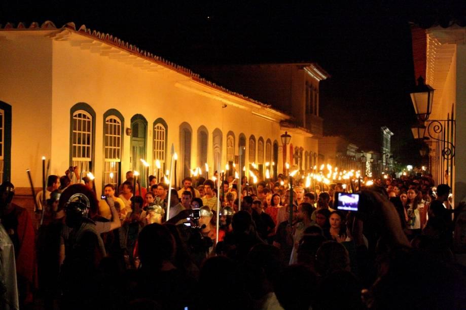A procissão do fogaréu é uma das celebrações que marcam a Semana Santa em Paraty, no litoral fluminense