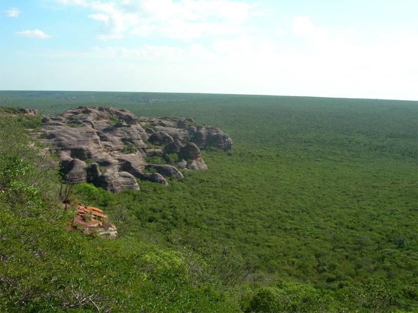O Circuito da Serra Branca, no noroeste do Parque Nacional da Serra da Capivara, abriga 130 sítios arqueológicos, sendo que apenas 60 estão em condições de visitação