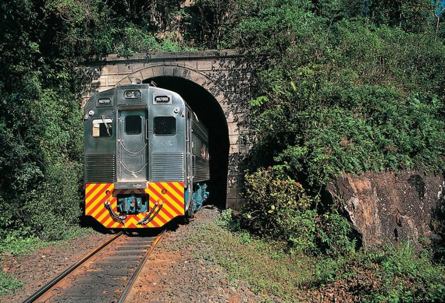 """<a href=""""http:// br-pr-curitiba-atracao-passeio-de-trem-pela-serra-do-mar """" rel=""""Pela Serra do Mar - Curitiba até Morretes:"""" target=""""_self""""><strong>Pela Serra do Mar - Curitiba (PR) até Morretes (PR)</strong></a><br />      <br />      Em 1885, quando foi inaugurada, a ferrovia que liga Curitiba a Morretes servia para o transporte de produtos agrícolas. Hoje, os trens lotam de turistas: o passeio de três horas passa por pontes, túneis e belas paisagens – uma ótima opção de passeio, atração 4 estrelas do GUIA QUATRO RODAS. A viagem é feita em vagões econômicos (ida R$ 57, volta R$ 40), turísticos, com lanche e guia (ida R$ 74 e volta R$ 57) e executivos (ida R$ 107 e volta R$ 75). Saídas diárias de Curitiba às 8h15"""