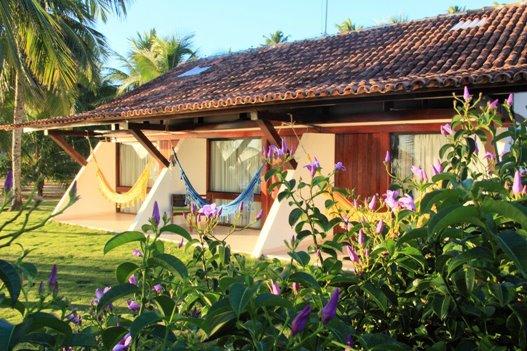 """<a href=""""http://viajeaqui.abril.com.br/estabelecimentos/br-pe-porto-de-galinhas-hospedagem-serrambi-resort"""" rel=""""Serrambi Resort"""" target=""""_blank""""><strong>Serrambi Resort</strong></a>    As redes nas varandas de boa parte de seus 149 apartamentos mostram que o Serrambi Resort também tem opções para os hóspedes que precisam de sossego. Quem já não está com tanta vontade de descansar pode curtir as apresentações musicais e peças no teatro, realizadas pela equipe de recreação."""