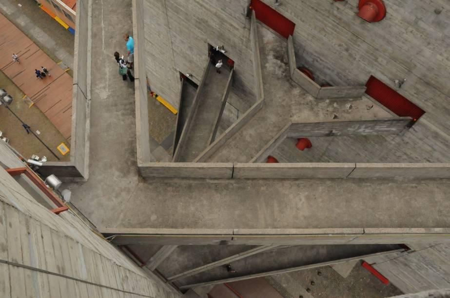 """<strong><a href=""""http://viajeaqui.abril.com.br/estabelecimentos/br-sp-sao-paulo-atracao-sesc"""" rel=""""SESC"""" target=""""_blank"""">Sesc</a></strong>O Sesc tem dezenas de unidades espalhadas pela cidade, em bairros comoSanto Amaro, Pinheiros, Pompeia (foto), Campo Limpo, Centro e Vila Mariana. Suas atividades têm como objetivo principal a promoção da cultura, do esporte e do lazer. Grande parte da programação, que inclui shows, peças de teatro, oficinas e workshops, são gratuitas. Há opções como costura, artesanato, música, teatro e literatura. O Centro de Pesquisa e Formação, localizado na Bela Vista, está entre os melhores endereços pra aproveitar os cursos<a href=""""http://viajeaqui.abril.com.br/materias/hotel-sesc-no-brasil"""" rel=""""+ As melhores unidades do Sesc no Brasil"""" target=""""_blank"""">+ As melhores unidades do Sesc no Brasil</a>"""