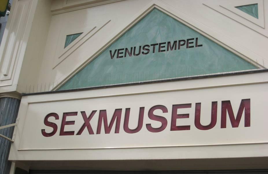 """<strong><a href=""""http://www.sexmuseumamsterdam.nl/index2.html"""" target=""""_blank"""" rel=""""noopener"""">Sex Museum</a>, <a href=""""http://viajeaqui.abril.com.br/cidades/holanda-amsterda/fotos"""" target=""""_blank"""" rel=""""noopener"""">Amsterdã</a></strong> O primeiro e mais antigo museu do sexo no mundo encontra-se em Amsterdã e mostra a importância do tema na história e na arte com uma coleção de estátuas, pinturas, fotos, vídeos, lingeries e todo tipo de objetos relacionados ao tema."""