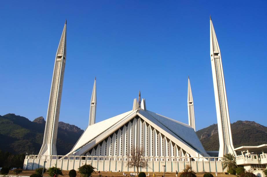Seu formato diferente representa uma tenda beduína. O projeto do arquiteto turco Vedat Dalokay foi o ganhador do concurso Aga Khan Award for Architecture,que recebeu 43 propostas. Construída em 1986, é a maior mesquita do Sul Asiático e uma das maiores do mundo. Está localizada na área norte de Islamabad, capital do Paquistão, aos pés da Cordilheira do Himalaia