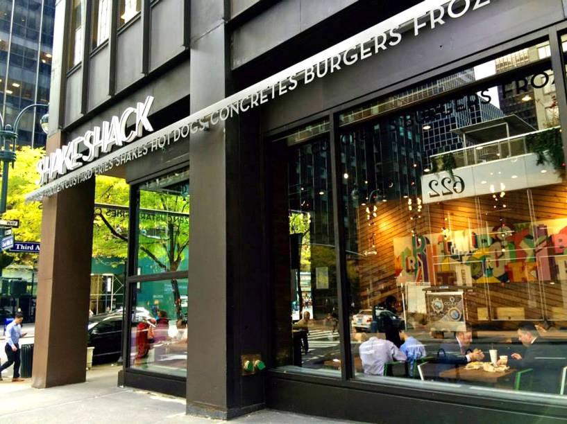 """<strong><a href=""""https://www.shakeshack.com/"""" rel=""""Shake Shack"""" target=""""_blank"""">Shake Shack</a></strong>                            É uma das redes de hambúrgueres mais famosas do país. Entre os favoritos do cardápio, estão o Smoke Shack (com bacon e pimenta de cereja) e o Shroom Burger (vegetariano, com champignon crocante, queijo chedder e muenster).<em>600 Third Avenue,Midtown East,10016</em>"""