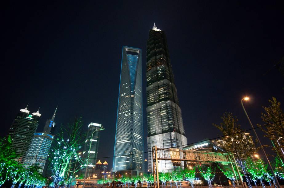 """<strong>Shanghai World Financial Center, Xangai, China</strong>Parece um abridor de garrafa gigante, mas o SWFC (o edifício mais alto, à esquerda) é o mais novo (e bem mais elegante) membro do já congestionado skyline da frenética <a href=""""http://viajeaqui.abril.com.br/cidades/china-xangai-shanghai"""" rel=""""Xangai"""">Xangai</a>. Projeto do escritório Kohn Pedersen Fox"""