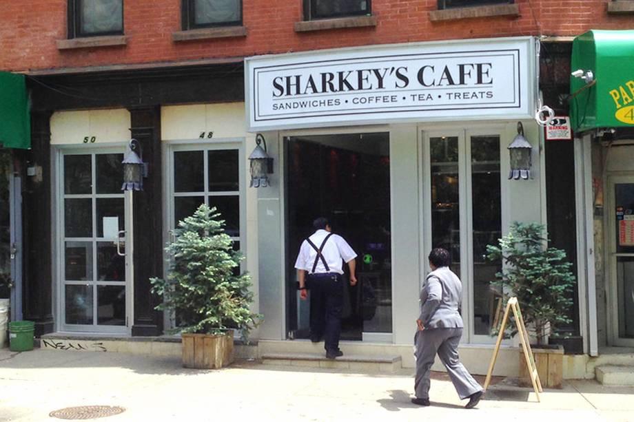 """<strong><a href=""""http://www.sharkeyscafe.com/"""" rel=""""Sharkeys Cafe"""" target=""""_blank"""">Sharkeys Cafe</a></strong>                                        Há diversas opções de lanches por aqui. Entre os mais saborosos, estão o Pope Francis (com presunto parma, mussarela e molho balsâmico) e o Smoked Turkey (peru defumado com queijo suíço, guacamole e mostarda dijon). Se for tomar café da manhã, opte por um dos saborosos croissants da casa.<em>48 Mulberry Street,10013</em>"""