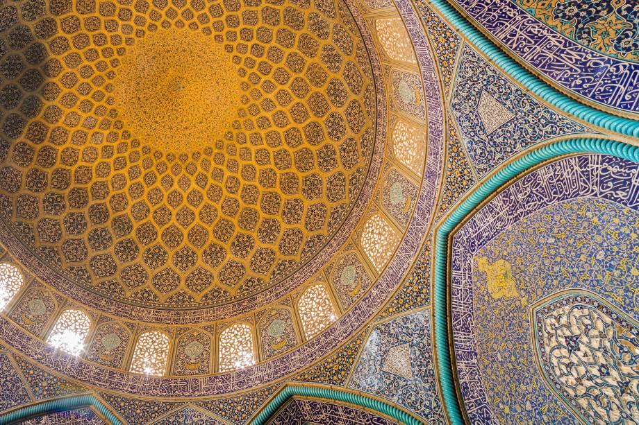 Construíra no começo do século 17, essa mesquita não tem pátio interno nem minarete, o que causa um estranhamento à primeira vista. A razão é que ela foi construída para ser uma mesquita particular do Sheikh Lotfollah. Os minaretes não fazem falta alguma: a mesquita tem beleza de sobra dentro e fora de suas paredes. Os mosaicos e caligrafias de seus azulejos são ricamente detalhados, com cores ousadas e contrastantes que fazem da mesquita uma visão inesquecível