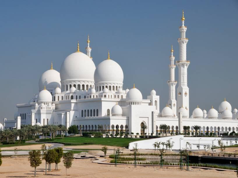 Com sua construção finalizada em 2007, é a mesquita mais nova desta lista. Seu estilo arquitetônico mistura estilos árabe, mughal e mouro, sendo que as mesquitas Badshahi no Paquistão e Hassan II no Marrocos influenciaram diretamente a sua forma. O tapete persa de lã que cobre o hall de orações principal é considerado o maior do mundo, com 5.627m². Ele foi feito por aproximadamente 1.300 artesãos durante dois anos e pesa 35 toneladas!