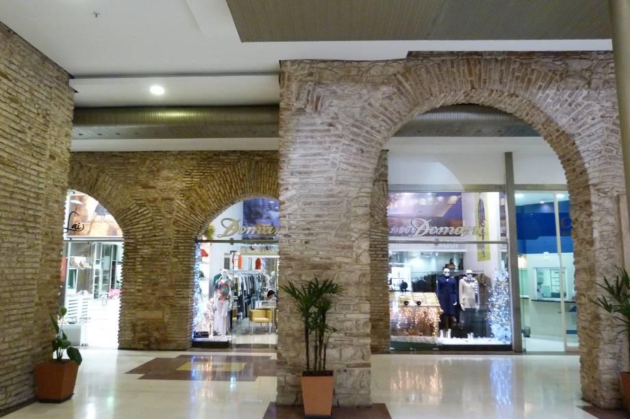"""<strong>9. <a href=""""http://pacoalfandega.com.br"""" rel=""""SHOPPING PAÇO ALFÂNDEGA"""" target=""""_blank"""">SHOPPING PAÇO ALFÂNDEGA</a></strong> (700 metros)        No Recife Antigo, este shopping fica em uma construção de 1732 que já foi convento e alfândega.<em>Rua da Alfândega, 35</em>"""