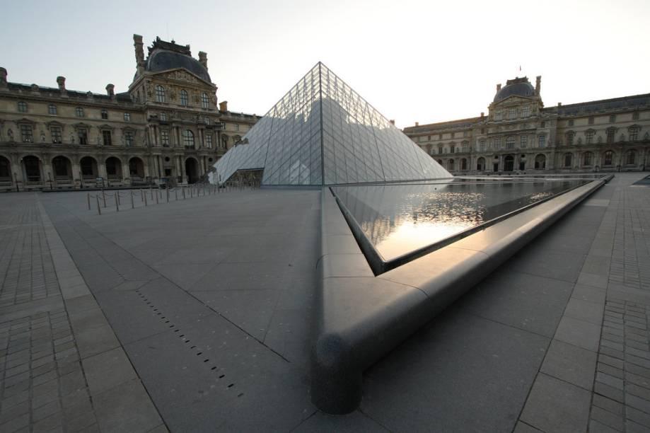 As intervenções do arquiteto I.M. Pei trouxeram inovadoras soluções de iluminação e circulação para o Louvre, além de oferecer uma entrada principal com sua polêmica pirâmide.