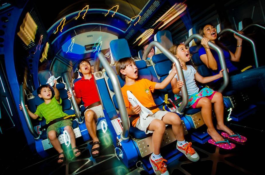 NoShuttle Launch Experience, que fica dentro da área do Atlantis, os visitantes vivenciam as sensações de decolagem de um ônibus espacial - em um dos momentos mais marcantes da experiência, é impossível se movimentar por causa da pressão que simula a alta velocidade