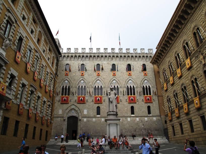 """<strong>SIENA</strong> (a 15 km de Volterra)        Localizada em meio a colinas cobertas de oliveiras, bosques e extensos vinhedos, <a href=""""http://viajeaqui.abril.com.br/cidades/italia-siena  """" rel=""""Siena"""" target=""""_blank""""><strong>Siena</strong></a> tem um traçado urbanístico medieval, circundada de muralhas, como tantas outras da região.        A Piazza del Campo, coração da cidade, acolhe os visitantes com todo o fascínio do seu rico passado de construções medievais. Mas Siena é conhecida também por ser o palco da mais célebre manifestação italiana de tradição popular: <a href=""""http://www.comune.siena.it/La-Citta/Palio/"""" rel=""""Il Palio de Siena"""" target=""""_blank"""">Il <em>Palio de Siena</em></a>. O espetáculo se repete desde o século 17, nos dias 02 de julho e 16 de agosto.        Experimente o tradicional bolo <em>Panforte de Siena </em>à base de amêndoas, frutas cristalizadas, mel e especiarias. A tradição obriga que a mistura desses ingredientes seja colocada sobre uma folha de hóstia e assada em forma de cobre, tal como era feito pelas monjas dos conventos da Idade Média.        Caminhando pelas suas ruas estreitas e sinuosas conheça a <a href=""""http://viajeaqui.abril.com.br/estabelecimentos/italia-siena-atracao-chiesa-di-san-domenico"""" rel="""" Chiesa di San Domenico"""" target=""""_blank"""">Chiesa di San Domenico</a>, o<a href=""""http://viajeaqui.abril.com.br/estabelecimentos/italia-siena-atracao-duomo"""" rel="""" Duomo"""" target=""""_blank"""">Duomo</a> e a <a href=""""http://viajeaqui.abril.com.br/estabelecimentos/italia-siena-atracao-fortezza-medicea """" rel=""""Fortezza Medicea."""" target=""""_blank"""">Fortezza Medicea</a>."""