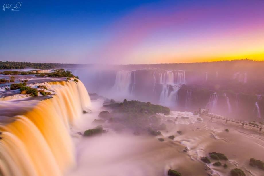 """<a href=""""http://viajeaqui.abril.com.br/cidades/br-pr-foz-do-iguacu"""" rel=""""Foz do Iguaçu (PR) """" target=""""_blank""""><strong>Foz do Iguaçu (PR) </strong></a>                Um dos grandes tesouros do planeta Terra é paranaense. Nomeado Patrimônio da Humanidade pela Unesco em 1986, o <a href=""""http://viajeaqui.abril.com.br/estabelecimentos/br-pr-foz-do-iguacu-atracao-parque-nacional-do-iguacu-brasil"""" rel=""""Parque Nacional do Iguaçu"""" target=""""_blank"""">Parque Nacional do Iguaçu</a> permite que seus visitantes tenham uma vista privilegiada do espetáculo que são as Cataratas                <em><a href=""""http://www.booking.com/city/br/foz-do-iguacu.pt-br.html?aid=332455;label=viagemabril-voltapelobrasil;sid=100905e7c5cee8012cfccf4c45e8f912;dcid=4"""" rel=""""Veja hotéis em Foz do Iguaçu no booking.com"""" target=""""_blank"""">Veja hotéis em Foz do Iguaçu no booking.com</a></em>"""
