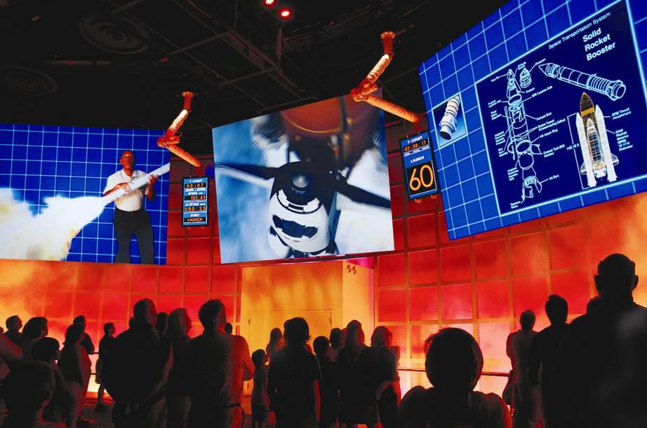 Vídeo com o carismático Charles Bolden, administrador da Nasa, explica a potência dos foguetes que lançam ônibus espaciais na sala de embarque do Shuttle Launch Experience