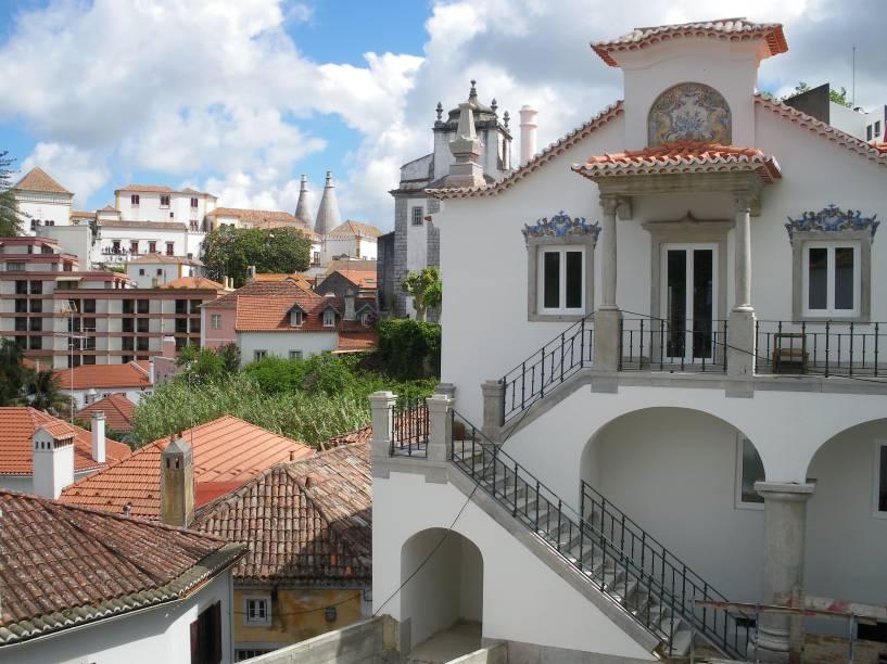 Se chegar à <strong>Sintra </strong>no começo da manhã, é possível que você vá encontrar a cidade coberta de neblina, com as chaminés do Palácio de Sintra à mostra lá no alto. Com o passar do dia, a neblina se dissipa e revela as abóbadas arredondadas do <strong>Palácio da Pena</strong>, as casas coloridas e a rica natureza ao redor da cidade. Devido à sua proximidade com Lisboa, Sintra é uma boa alternativa para um bate-e-volta – seja de carro ou de trem (que os portugueses chamam de comboio)