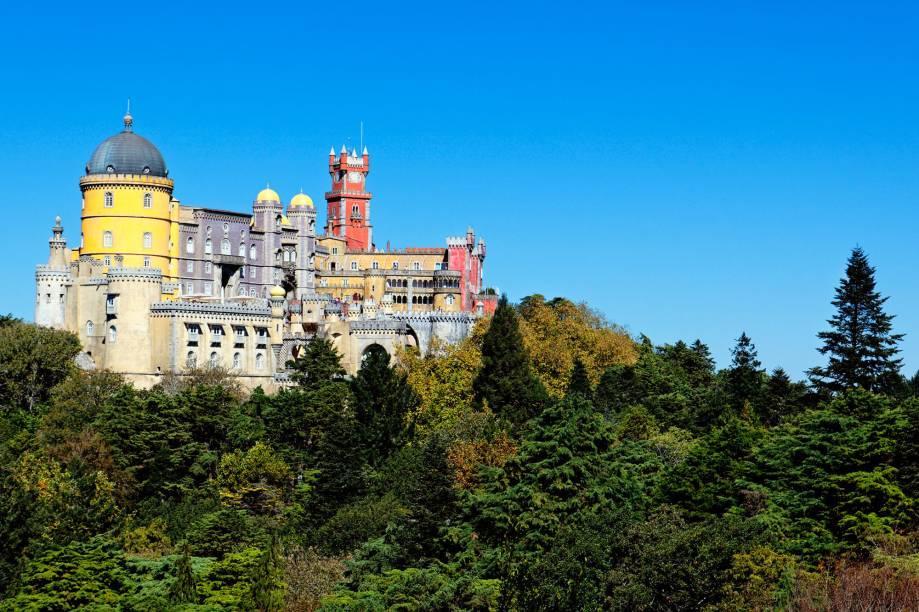 """<a href=""""http://viajeaqui.abril.com.br/cidades/portugal-sintra"""" rel=""""Sintra """" target=""""_blank""""><strong>Sintra </strong></a>                                                A arquitetura romântica de Sintra foi uma das pioneiras na Europa. A região montanhosa combinada com o visual poético da cidadezinha leva os turistas para um cenário digno de contos de fada"""