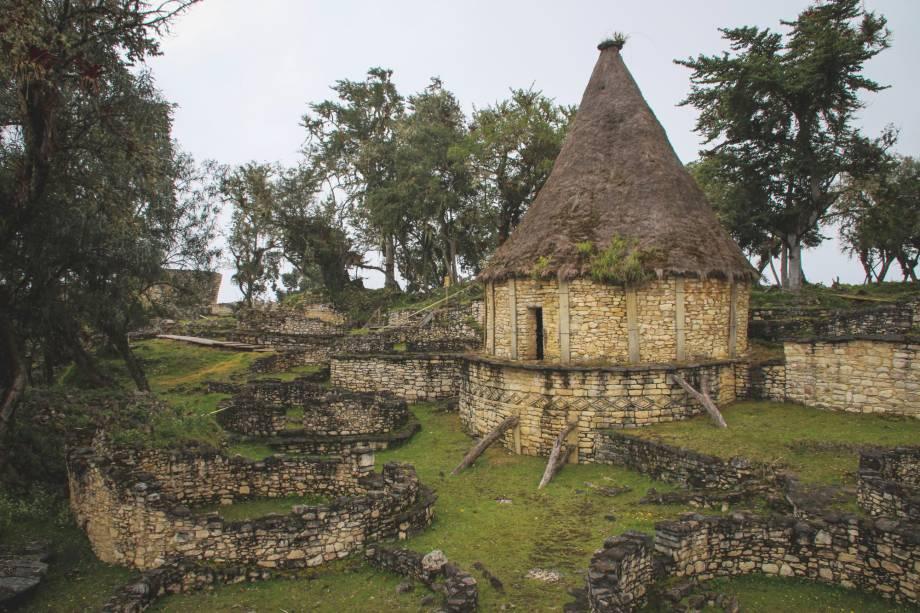 """Considerada por muitos moradores locais como a nova <a href=""""http://viajeaqui.abril.com.br/cidades/peru-machu-picchu"""" target=""""_blank"""">Machu Picchu</a> do Peru, Kuelap é cercada por muros e ruínas de pedra datadas do século 6 a.C. Por aqui, é possível encontrar mais de 400 construções temáticas que pertenceram aos Chachapoyas, povos de pele clara e popularmente conhecidos como """"Guerreiros das Nuvens"""" por terem transformado florestas locais e extremamente altas em áreas de cultivo. Durante o século 16, os Chachapoyas foram completamente dominados pelos incas e perderam seus territórios. Em 1843, no entanto, a antiga cidade habitada por eles foi descoberta"""