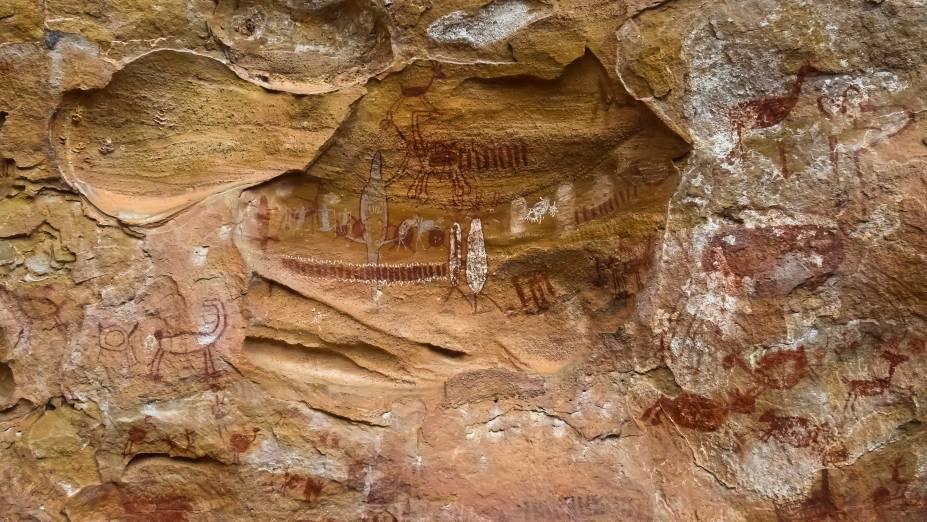 <strong>Baixão da Pedra Furada</strong>    A região mais visitada do parque e onde foram encontrados vestígios de uma fogueira de 50 mil anos. No Boqueirão da Pedra Furada, passarelas levam às pinturas rupestres gravadas num paredão com 100 m de altura.