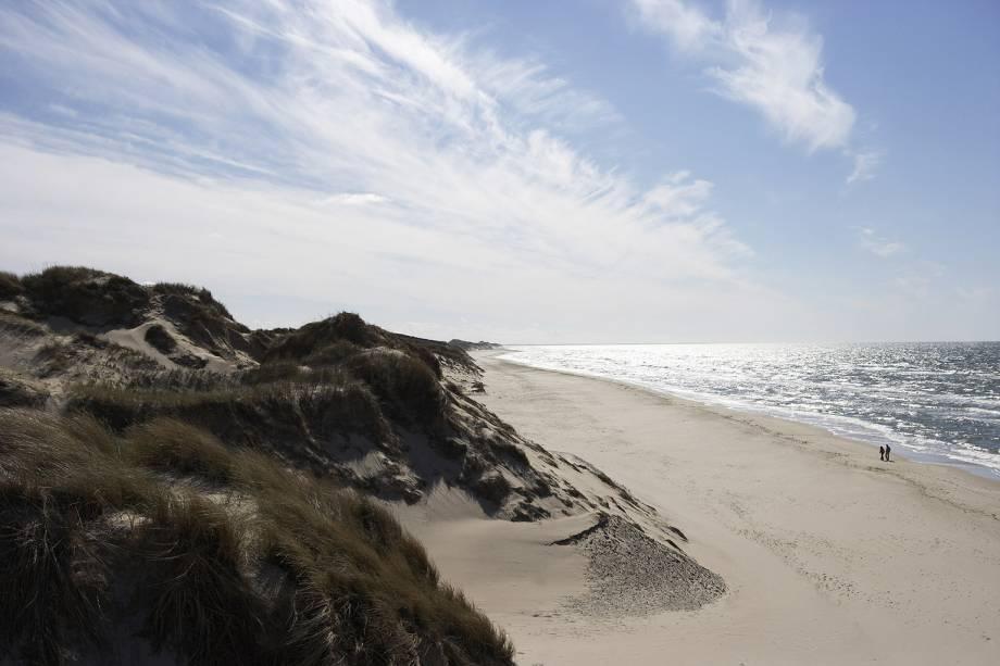 """O naturismo na <a href=""""http://viagemeturismo.abril.com.br/paises/dinamarca/"""" target=""""_blank"""">Dinamarca</a> é <strong>aceito em todo o país</strong>. As proibições, sim, são exceção, sempre sinalizada. Os únicos espaços praianos onde ficar nu é proibido são Holmsland Klit e Henne Strand. Skagen, na costa leste, é relativamente rasa e tem o mar tranquilo (não que seja preciso se preocupar com perder a sunga ou o biquíni)"""