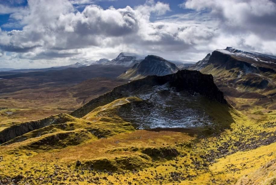 """A chuva cai pesadamente sobre a rústica paisagem da ilha <a href=""""http://viajeaqui.abril.com.br/paises/escocia"""" rel=""""escocesa"""" target=""""_blank"""">escocesa</a>. O céu é cinza e o vento sopra miseravelmente. Então, do nada, uma fresta abre-se entre as nuvens, deixando escapar um raio de sol que ilumina gloriosamente a relva que cobre as montanhas. A ilha de Skye, a 970 quilômetros de Londres, é isso: lampejos de cores e alegria em um clima magneticamente inclemente"""