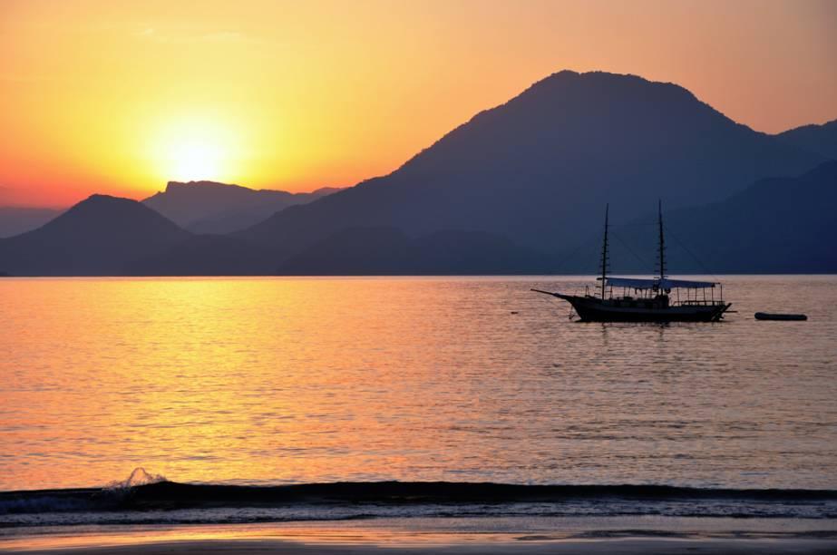 """<a href=""""http://viajeaqui.abril.com.br/cidades/br-sp-ubatuba"""" rel=""""Ubatuba""""><strong>Ubatuba</strong></a><br />  <br />  Boa parte de suas praias, distribuídas em quase 100 quilômetros de orla, permanece intocada, e 80% de sua Mata Atlântica segue preservada. Some isso a um mar esverdeado e um centrinho badalado, repleto de restaurantes, lojas e comidinhas, para ter ideia do sucesso que Ubatuba faz.<br />  <br />  Na área central da cidade, dois programas ótimos para fazer com crianças: o <a href=""""http://viajeaqui.abril.com.br/estabelecimentos/br-sp-ubatuba-atracao-projeto-tamar-001"""" rel=""""projeto Tamar"""">projeto Tamar</a>, com quatro espécies de tartarugas marinhas que vivem no litoral do país, e o <a href=""""http://viajeaqui.abril.com.br/estabelecimentos/br-sp-ubatuba-atracao-aquario"""" rel=""""Aquário"""">Aquário</a>, com cerca de 150 espécies de animais.<br />  <br />  <strong>Distância:</strong> 234 quilômetros<br />  <strong>Tempo médio de viagem:</strong> 3 horas<br />  <br />  <strong>Saiba mais:</strong>  <a href=""""http://viajeaqui.abril.com.br/cidades/br-sp-ubatuba/o-que-fazer"""" rel=""""O que fazer"""" title=""""O que fazer em Ubatuba"""">O que fazer</a><br />  <a href=""""http://viajeaqui.abril.com.br/cidades/br-sp-ubatuba/onde-comer"""" rel=""""Onde comer"""" title=""""Onde comer em Ubatuba"""">Onde comer</a><br />  <a href=""""http://viajeaqui.abril.com.br/cidades/br-sp-ubatuba/onde-ficar"""" rel=""""Onde ficar"""" title=""""Onde ficar em Ubatuba"""">Onde ficar</a>"""