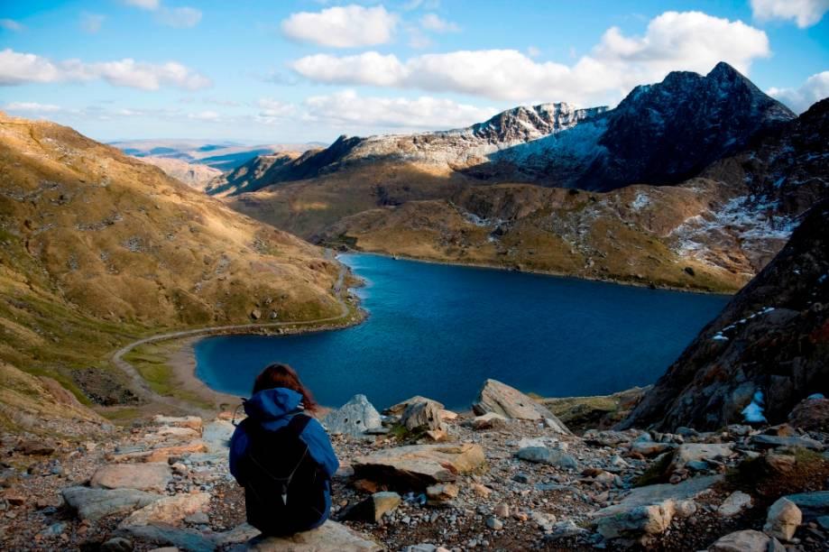 """<strong><a href=""""https://www.visitsnowdonia.info/"""" target=""""_blank"""" rel=""""noopener"""">Parque Nacional Snowdonia</a>, País de Gales</strong> Trilhas deslumbrantes e montanhas nevadas estão entres os atrativos da região do parque, considerado um dos mais belos de todo o Reino Unido. Fundado em 1951, o parque conta com uma área de mais de vinte mil hectares e pode ser acessado a pé ou de trem <em><a href=""""https://www.booking.com/searchresults.pt-br.html?aid=332455&sid=b6bf542626b1a2c7a9951e44506f270a&sb=1&src=searchresults&src_elem=sb&error_url=https%3A%2F%2Fwww.booking.com%2Fsearchresults.pt-br.html%3Faid%3D332455%3Bsid%3Db6bf542626b1a2c7a9951e44506f270a%3Btmpl%3Dsearchresults%3Bac_click_type%3Dg%3Bac_position%3D1%3Bclass_interval%3D1%3Bdest_id%3D900124349%3Bdest_type%3Dlandmark%3Bdtdisc%3D0%3Bfrom_sf%3D1%3Bgroup_adults%3D2%3Bgroup_children%3D0%3Binac%3D0%3Bindex_postcard%3D0%3Blabel_click%3Dundef%3Bno_rooms%3D1%3Boffset%3D0%3Bpostcard%3D0%3Braw_dest_type%3Dlandmark%3Broom1%3DA%252CA%3Bsb_price_type%3Dtotal%3Bsearch_pageview_id%3D2bed7fd17b35002b%3Bsearch_selected%3D1%3Bshw_aparth%3D1%3Bslp_r_match%3D0%3Bsrc%3Dsearchresults%3Bsrc_elem%3Dsb%3Bsrpvid%3D804680713870007b%3Bss%3DParque%2520Nacional%2520Snowdonia%252C%2520United%2520Kingdom%3Bss_all%3D0%3Bssb%3Dempty%3Bsshis%3D0%3Bssne%3DParque%2520Nacional%2520dos%2520Len%25C3%25A7%25C3%25B3is%2520Maranhenses%252C%2520Barreirinhas%2520-%2520State%2520of%2520Maranh%25C3%25A3o%252C%2520Brazil%3Bssne_untouched%3DParque%2520Nacional%2520dos%2520Len%25C3%25A7%25C3%25B3is%2520Maranhenses%252C%2520Barreirinhas%2520-%2520State%2520of%2520Maranh%25C3%25A3o%252C%2520Brazil%3Btop_ufis%3D1%26%3B&ss=Snowdonia%2C+Reino+Unido&is_ski_area=&ssne=Surf+Snowdonia&ssne_untouched=Surf+Snowdonia&checkin_monthday=&checkin_month=&checkin_year=&checkout_monthday=&checkout_month=&checkout_year=&group_adults=2&group_children=0&no_rooms=1&from_sf=1&ss_raw=snowdonia&ac_position=0&ac_langcode=xb&ac_click_type=b&dest_id=2586&dest_type=region&place_id_lat=53."""