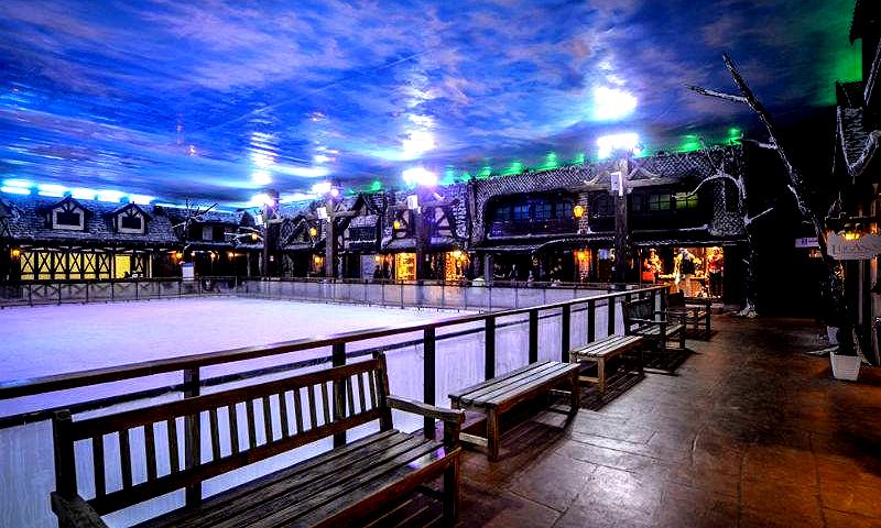"""<strong><a href=""""http://viajeaqui.abril.com.br/estabelecimentos/br-rs-gramado-atracao-snowland"""" rel=""""4. Snowland"""" target=""""_self"""">4. Snowland</a></strong>            Neves artificiais compõem esse cenário temático, com temperaturas a -2°C. Além de patinar, esquiar e praticar snowboarding, turistas podem tomar um bom chocolate quente no Hot Café."""