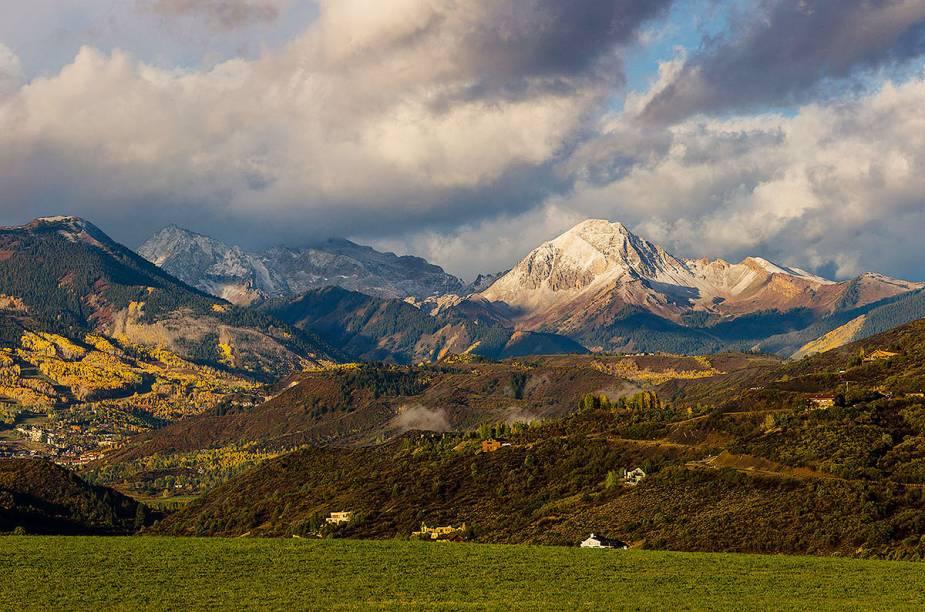 """Vista geral das montanhas de Aspen, no Colorado, """"ávidas"""" por esquis"""