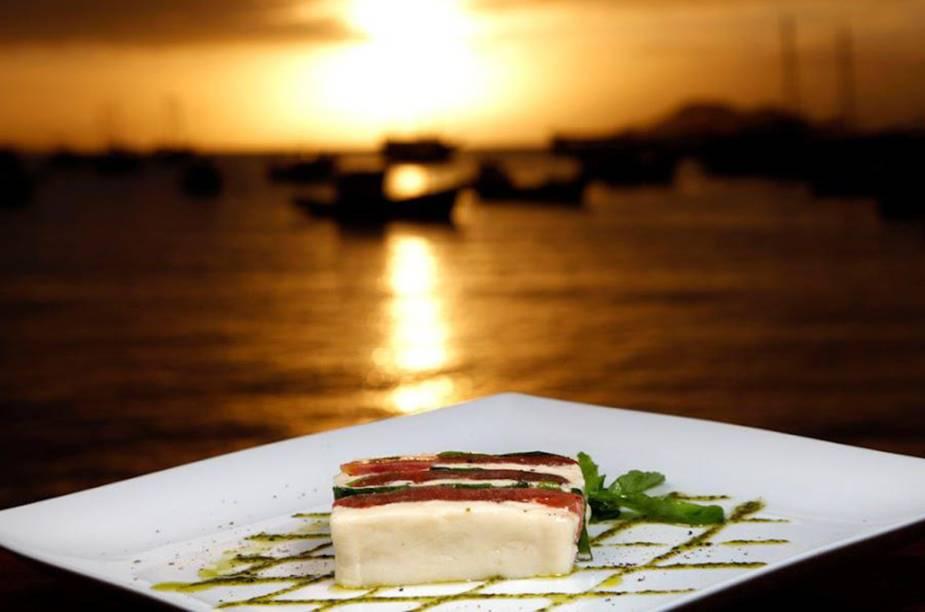 """<a href=""""http://viajeaqui.abril.com.br/estabelecimentos/br-rj-buzios-restaurante-sollar"""" rel=""""Sollar – Búzios (RJ)"""" target=""""_blank""""><strong>Sollar – Búzios (RJ)</strong></a>As receitas do chef italiano Danio Braga são clássicas, porém criativas. Um diferencial do Sollar é a vista para o mar. Na foto: Terrine de Mozzarella."""