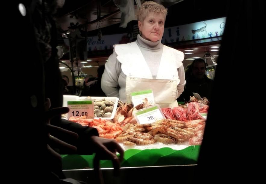"""<strong>Mercat de Sant Josep de la Boqueria, Barcelona</strong>Uma das atrações mais interessantes no Centro de <a href=""""http://viajeaqui.abril.com.br/cidades/espanha-barcelona"""" target=""""_blank"""" rel=""""noopener"""">Barcelona </a>é o mercado de la <a href=""""http://viajeaqui.abril.com.br/estabelecimentos/espanha-barcelona-atracao-mercat-de-la-boqueria"""" target=""""_blank"""" rel=""""noopener"""">Boquería</a>. Um imenso labirinto de lojas oferecendo de frutos do mar a embutidos que você nunca viu na vida, com boas ofertas de vinhos espanhóis, de cavas a cidras, passando por fortificados de jerez, aqui é um grande passeio pela gastronomia mediterrânea espanhola. E o melhor: você pode <em>tapear </em>por <em>pintxos </em>com pequenos pratos típicos de Valência, Catalunha e Andaluzia, entre outras especialidades regionais.Mais em: <a href=""""http://viajeaqui.abril.com.br/materias/48-horas-em-barcelona#"""" target=""""_blank"""" rel=""""noopener"""">48 Horas em Barcelona</a>"""