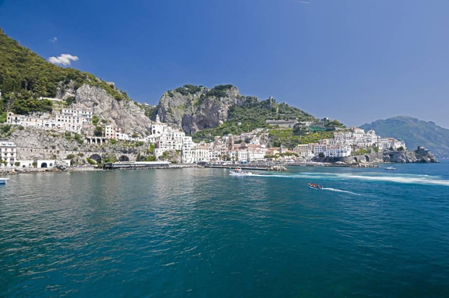 """<strong><a href=""""http://viajeaqui.abril.com.br/cidades/italia-sorrento"""" rel=""""SORRENTO"""" target=""""_blank"""">SORRENTO</a> EM RESORT </strong>Em um penhasco debruçado sobre o mar, Sorrento (foto) é o destino destas sete noites no confortável <a href=""""http://www.puntacampanellaresort.net/"""" rel=""""Punta Campanella"""" target=""""_blank"""">Punta Campanella</a>, resort com serviço de praia, spa, piscina indoor e quartos panorâmicos.<strong>QUANDO: </strong>Em 19 de abril<strong>QUEM LEVA:</strong> A <a href=""""http://www.decolar.com/"""" rel=""""Decolar"""" target=""""_blank"""">Decolar</a><strong>QUANTO:</strong> € 2 881"""