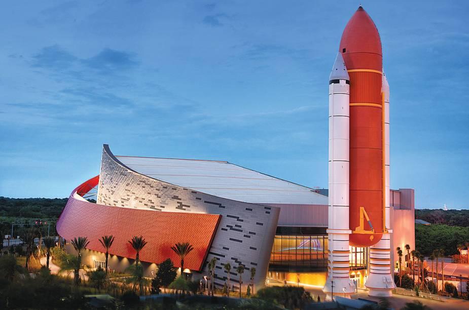 Vista do prédio Space Shuttle Atlantis, que expõe os feitos do ônibus espacial