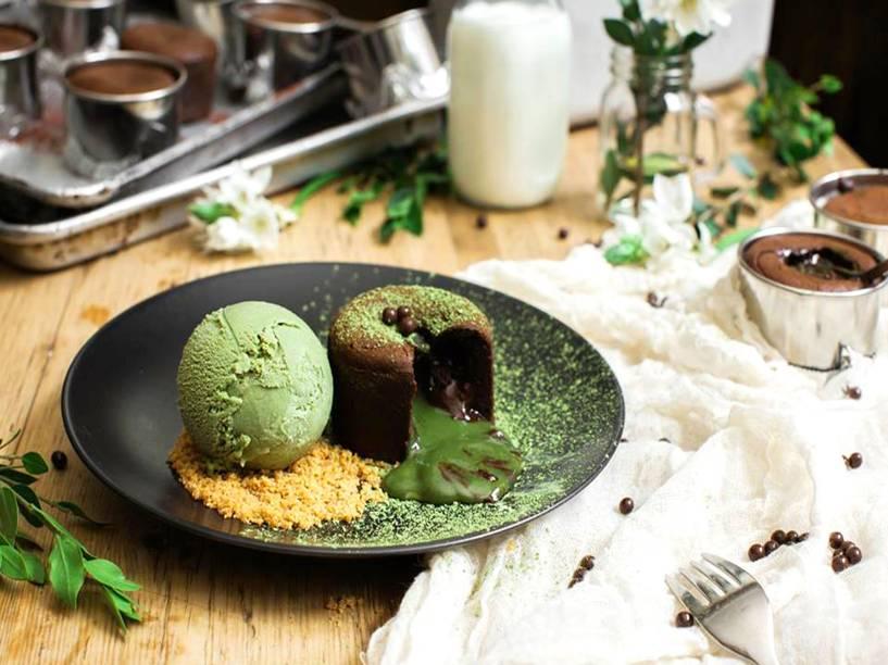 """<strong><a href=""""http://www.spotdessertbar.com/"""" rel=""""Spot Dessert Bar"""" target=""""_blank"""">Spot Dessert Bar</a></strong>                                    Especializado em sobremesas, o Spot conta com receitas criativas pra cativar a atenção do público. O campeão de vendas é o <strong>bolo de chocolate recheado com gnache de chá verde</strong>, servido com sorvete e nozes. Macarons e cookies também estão presentes no cardápio.<em>13 Saint Marks Pl, 10003</em>"""
