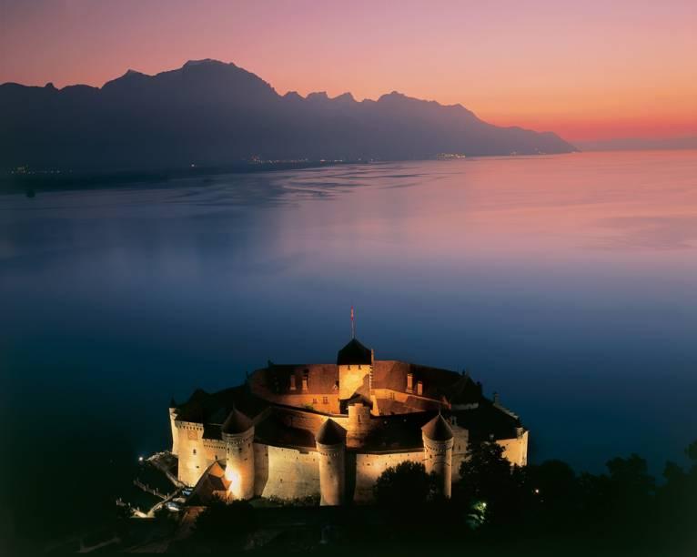 Os primeiros registros do Castelo de Chillon, localizado às margens do Lago Genebra, têm mais de 1000 anos