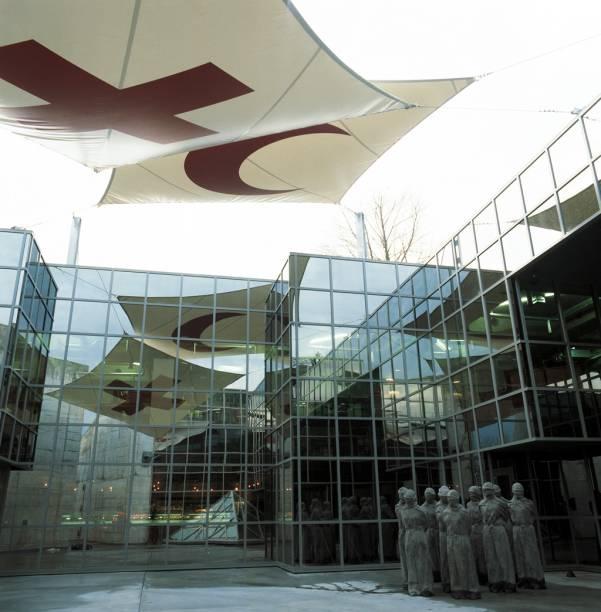 """Museu Internacional da Cruz Vermelha e do Crescente Vermelho, com a escultura """"Les Petrifies"""", de Carl Bucher"""